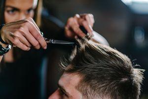 Les Français pressés de retourner chez le coiffeur après le confinement, les hommes en tête