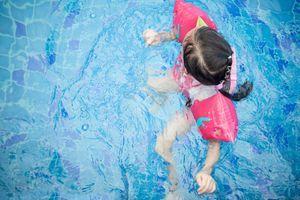 Combien d'enfants savent nager en France ? Difficile de répondre
