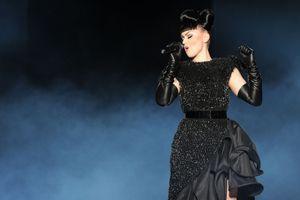 """Avec Viktoria Modesta, performeuse handicapée, le Crazy Horse veut """"magnifier la différence"""""""