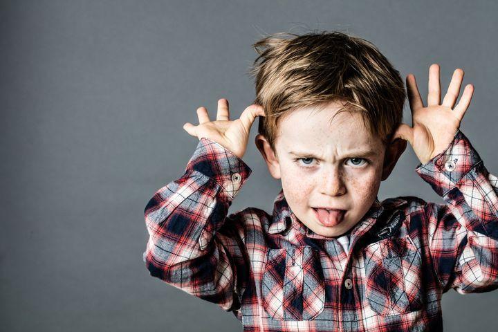 Mon enfant dit des gros mots, comment réagir ?