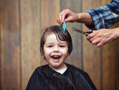 Comment rassurer un enfant qui a peur d'aller chez le coiffeur ?