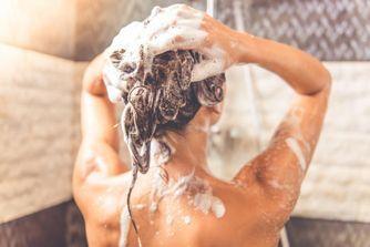 Silicone, sulfate etc. Comment décrypter une étiquette de shampoing ?