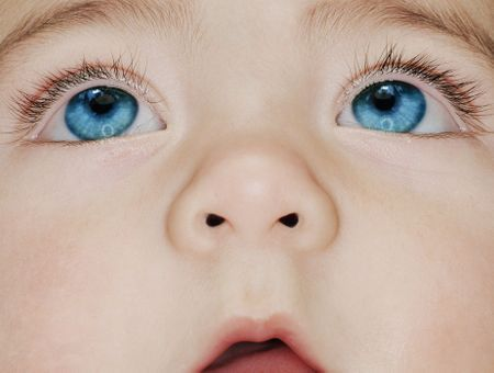 Pourquoi les bébés ont-ils les yeux bleus à la naissance ?