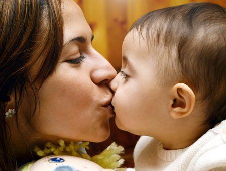 Faut-il arrêter d'embrasser les bébés ?