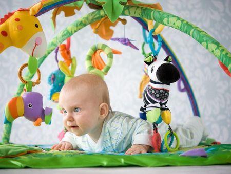 Bien choisir le tapis d'éveil de bébé