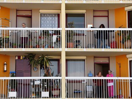 A Bordeaux, de la gym pour les seniors confinés, du trottoir au balcon
