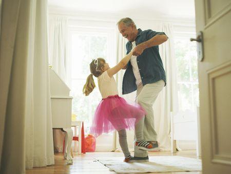 Déconfinement : danser avec ses grands-parents contribuera à leur remonter le moral