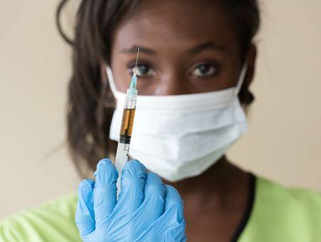 """Covid-19 : la France """"championne du monde"""" des réfractaires au vaccin"""