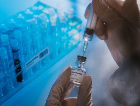 Covid-19 : des scientifiques alertent sur la défiance des populations à l'égard d'un vaccin