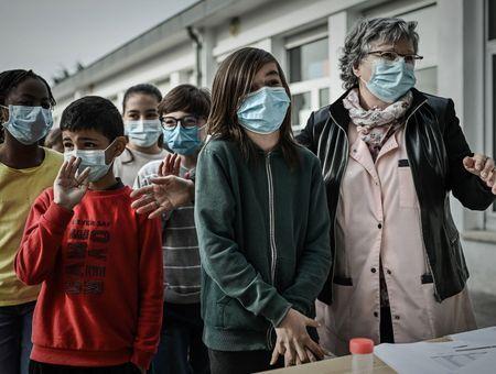 """Ecoles ouvertes malgré le Covid : une """"exception"""" française?"""