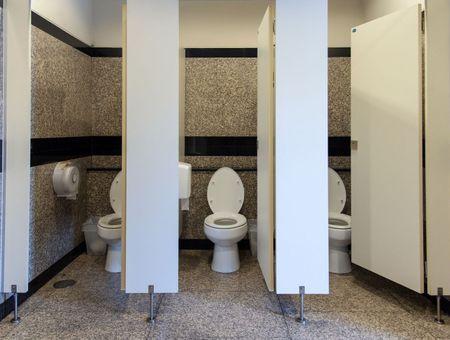 Faut-il porter un masque dans les toilettes publiques ?