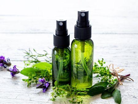 Sprays assainissants aux huiles essentielles : l'ANSES appelle à la vigilance