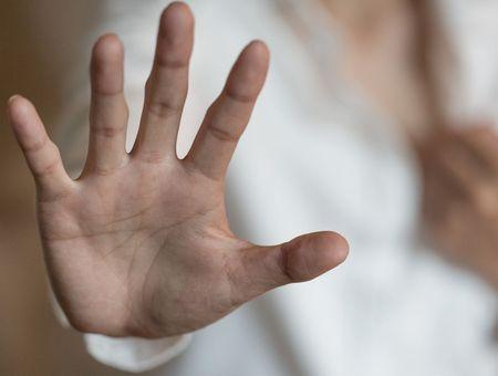 Violences conjugales : un bracelet anti-rapprochement mis en fonction en septembre, annonce Marlène Schiappa