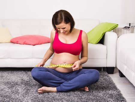 Poids pendant la grossesse : et si on arrêtait de se focaliser dessus ?