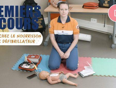 Massage cardiaque chez un nourrisson, avec un défibrillateur