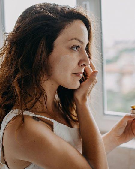 La Gen Z délaisse le maquillage au profit des soins pour la peau