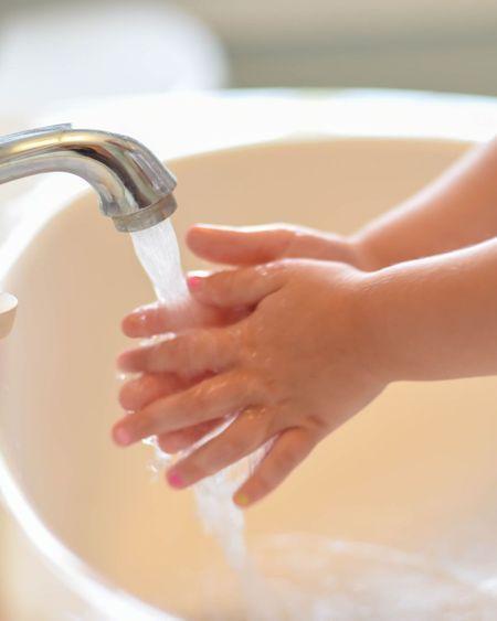 Les aider à bien se laver les mains