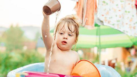 Bébé : 10 idées de jeux d'eau pour barboter