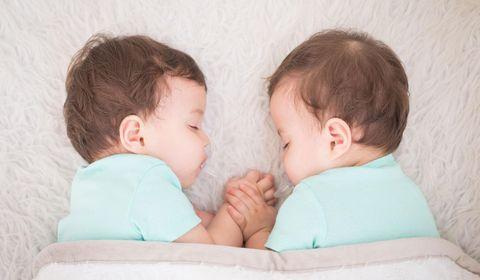 italie-jumeaux-naissent-avec-deux-mois-d-ecart