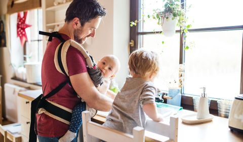 Une tribune réclame l'allongement du congé paternité