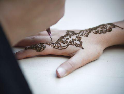 Gare aux tatouages au henné !
