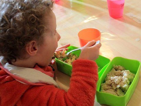 11h30 : le premier service pour les tout-petits et les moyens - Une journée dans une école Montessori