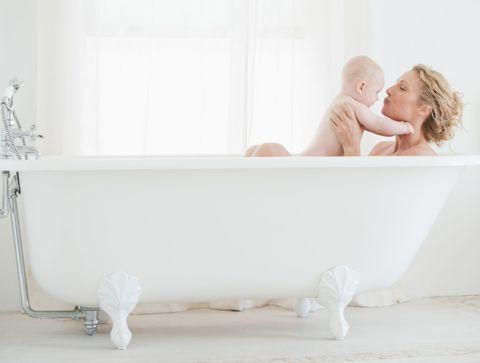 Jusqu'à quel âge peut-on prendre le bain avec son enfant ?