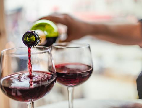 Un verre de vin rouge à 10°  - Top 10 des alcools les moins caloriques