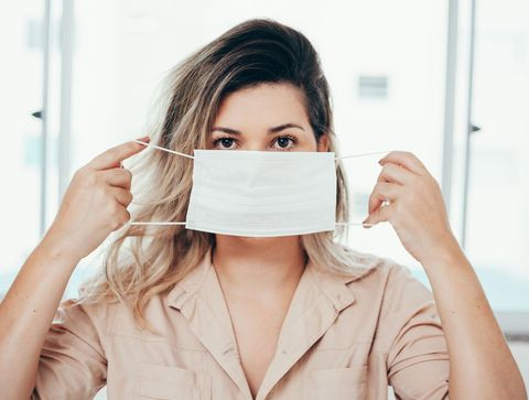 Maskné : 7 conseils contre les boutons et pour prévenir les impuretés  Port-du-masque-10-erreurs-a-eviter