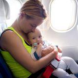 Bébé en avion : tous nos conseils pour un voyage sans turbulences