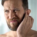 Bouchon d'oreille (oreille bouchée) : symptômes, traitements et prévention