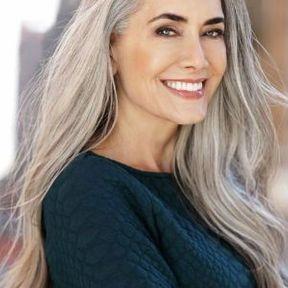 Cheveux longs gris coupe