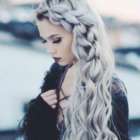 Coiffure cheveux longs avec natte