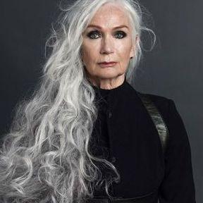 Modèle coupe cheveux longs gris