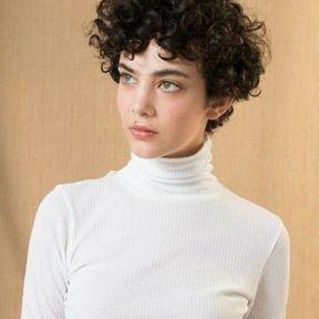 Coupe courte cheveux bouclés