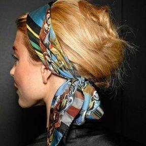 Coiffure rétro avec un foulard