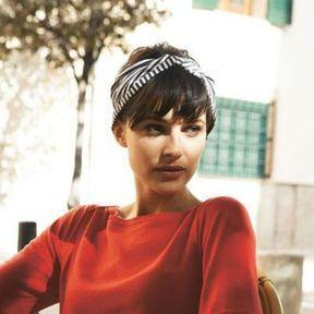 Un headband façon foulard sur cheveux courts