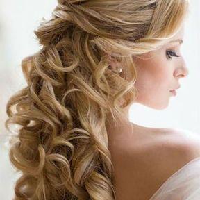Coiffure de mariage boucles en cascade et bijou