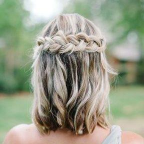 Coiffure de mariage pour cheveux mi-longs avec une tresse en couronne