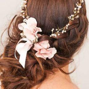 Coiffure de mariage tresse avec couronne de fleurs