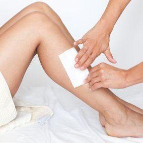 Existe-t-il un moyen de réduire la douleur induite lorsque l'on tire la bande de cire ?