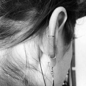 Tatouage discret oreille