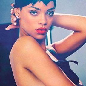 Le tatouage près du sein droit de Rihanna