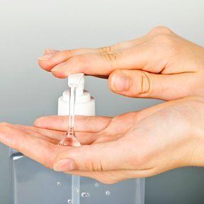 Le gel hydroalcoolique, toujours dans une poche fermée