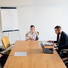 Pologne: femme allaitant au bureau