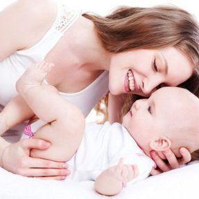 Les massages de bébé sans huile : shiatsu et thaïlandais