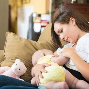 Bébé s'apaise grâce aux soins routiniers