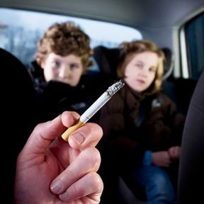 Fumer avec un mineur à bord
