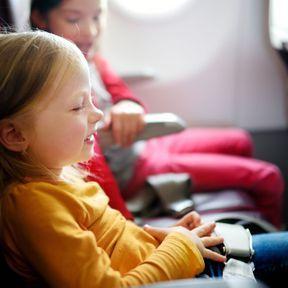 Faire des jeux de mime dans l'avion