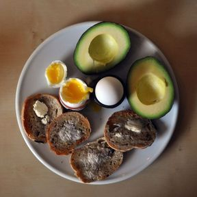 Menu n°1 : œufs, avocat, oléagineux